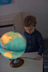 Как бороться со стеснительностью ребёнка? Ответ от психолога-педагога из академии «Рита» в Липецке